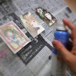 水彩色鉛筆イラストを保護定着液フィキサチーフで保護。